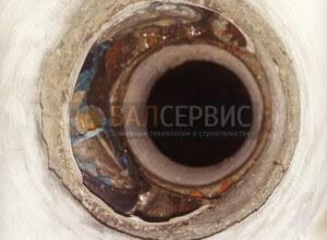 Металлическую трубу с кабелем